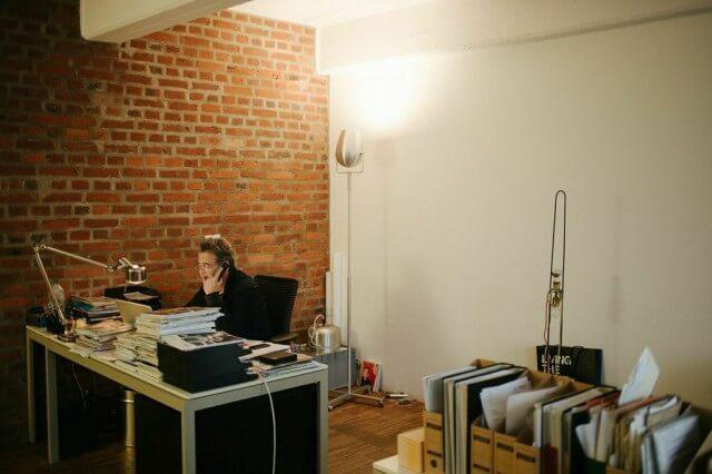 Jean-Marc da Costa am Arbeitsplatz. Im Hintergrund PAN AM.