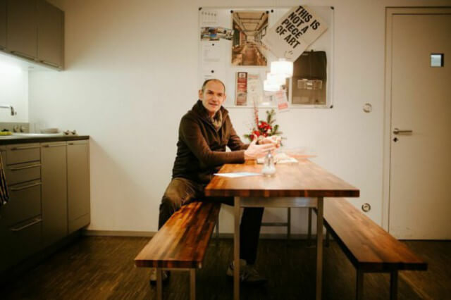 In der Küche treffen sich die Mitarbeiter von serien.lighting zum Essen und Brainstorming.