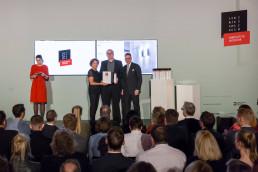 Peter Salat (Director POS serien.lighting) nimmt von Andrej Kupetz die BEST OF BEST Auszeichnung für ROD (Quelle: Rat für Formgebung / Fotos: Daniel Banner)